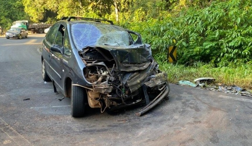 Quatro feridos em colisão frontal na PR-481 em Ampére