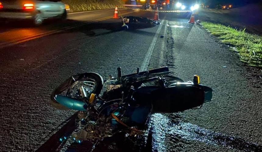Condutor de motocicleta morre após colisão com carreta na PR-182, em Ampére