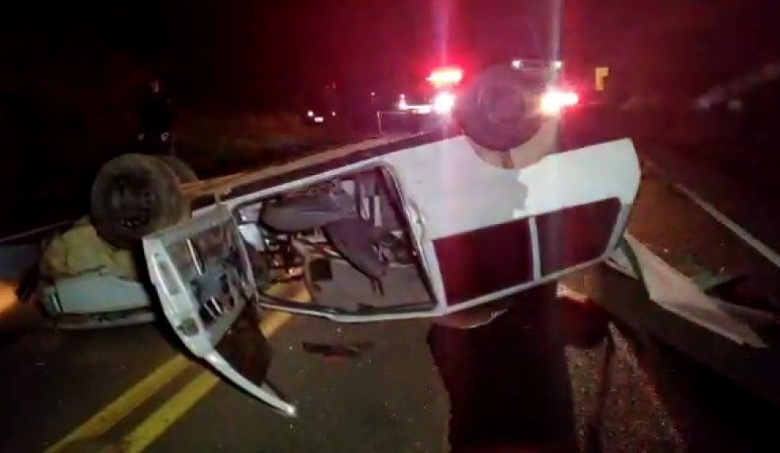 Rapaz morre após ser arremessado de carro em capotamento na PR-180, em Francisco Beltrão