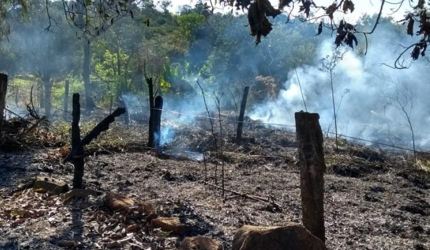 Fogo atinge cerca de 800 metros² de vegetação no interior de Boa Vista da Aparecida