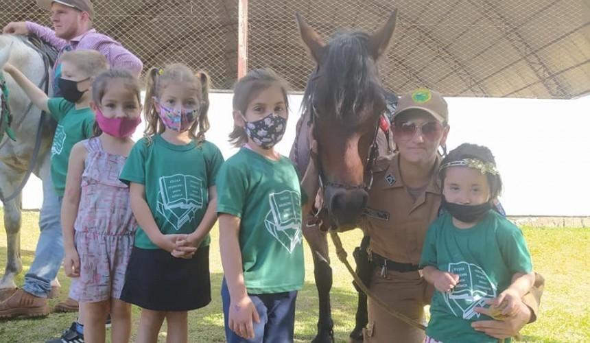 Alunos da Escola Santa Monica recebem visita da equipe da Cavalaria de Cascavel
