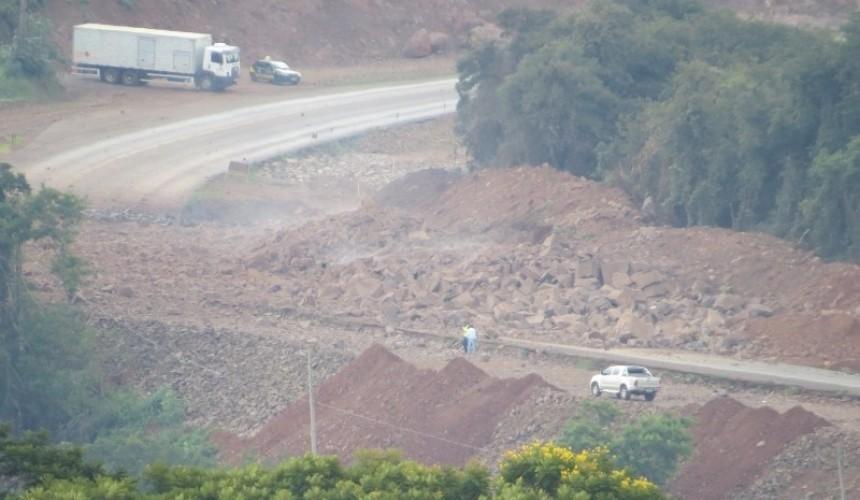 BR-163 foi interditada para detonação de rocha, a  PRF esta no local realizando a orientação de trânsito
