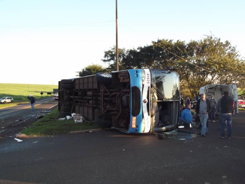 Ampére: Ônibus tomba após colidir com caminhão na PR-182
