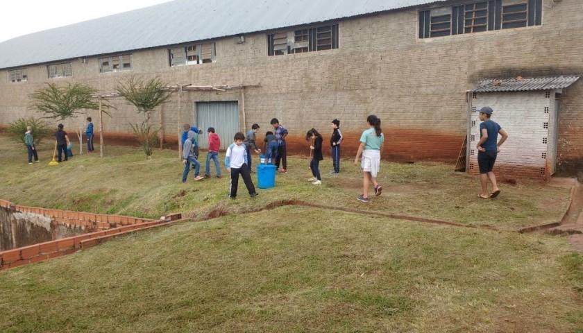 Alunos e professores do Colégio Antônio de Castro Alves promovem limpeza do colégio e arredores