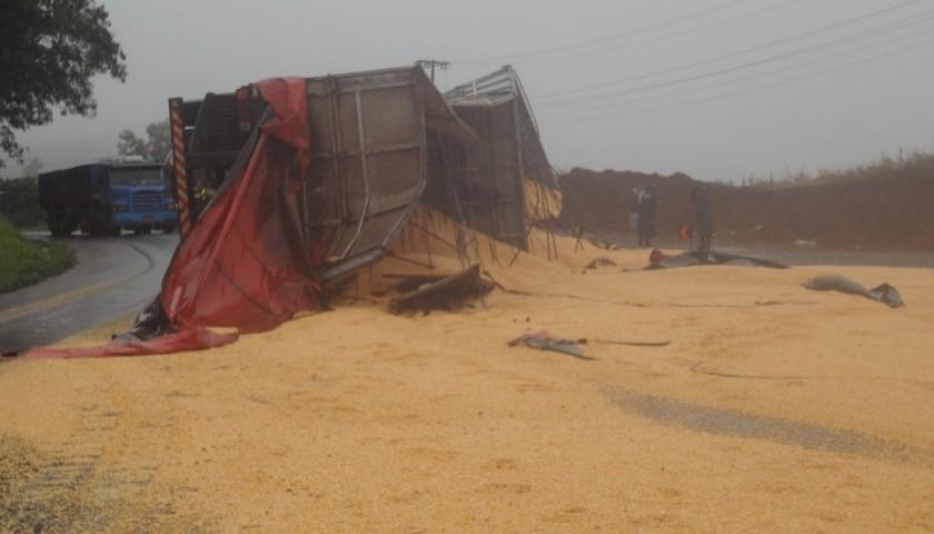 Carreta com 38 toneladas de milho tomba e interdita meia pista da BR 163 em Lindoeste