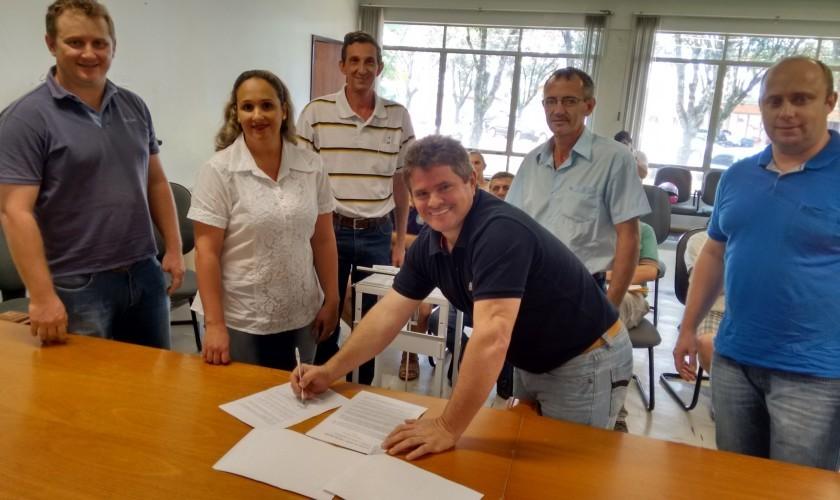 Administração Municipal de Capitão repassa subsolador para associação de agricultores e maquinas de lacrar embalagens para associação dos orgânicos