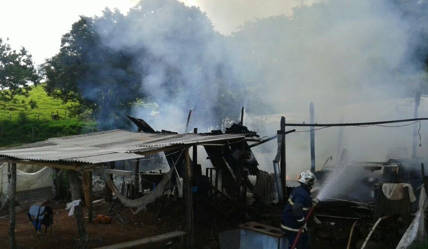 Homem agrediu esposa e sogro e ateia fogo na residência em Capitão