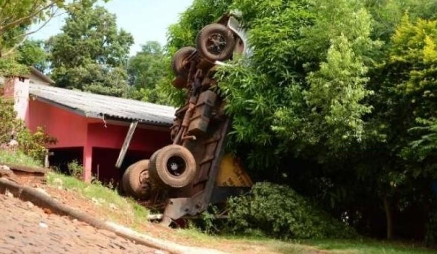 Caminhão desgovernado quase atinge residência em Capanema
