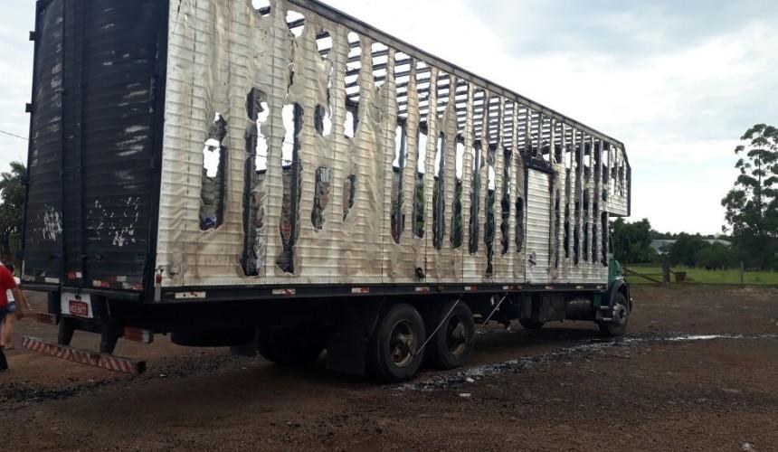 Bombeiros controlam incêndio em Baú de Caminhão em Capitão