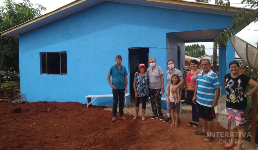 AÇÃO PANDEMIA: APAE de Capitão entrega casa nova à família de alunas necessitadas