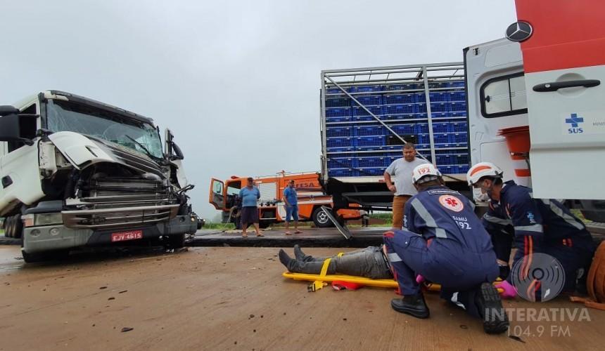 Motorista de carreta fica preso às ferragens após colisão na BR 163 entre Santa Lucia e Lindoeste
