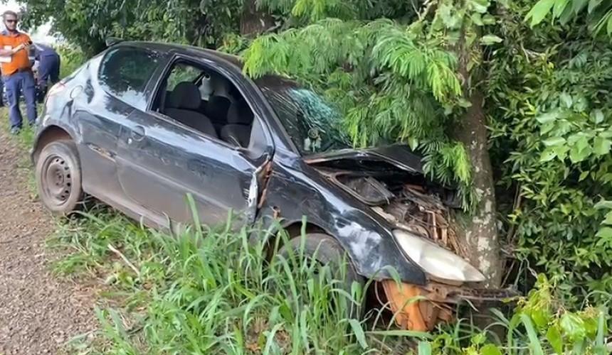 Após colisão, carro bate em árvore as margens da PR-481, em Ampére e duas pessoas ficam feridas