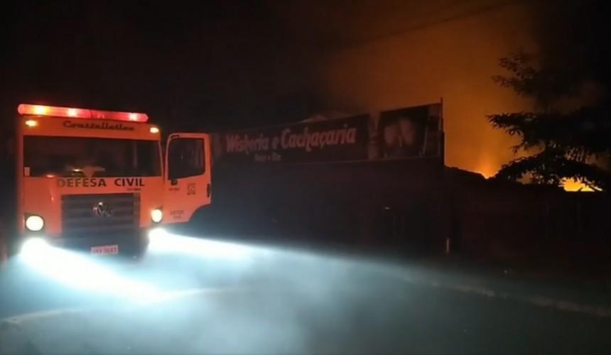 Casa de shows é destruída por grande incêndio em Boa Vista da Aparecida