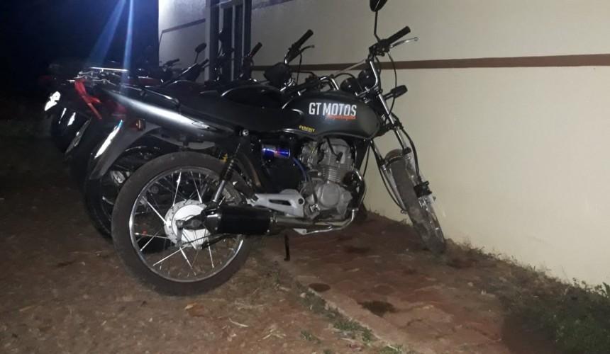 Condutor de moto com escapamento adulterado tenta fugir da PM e cai após 'zig-zag' em Capitão
