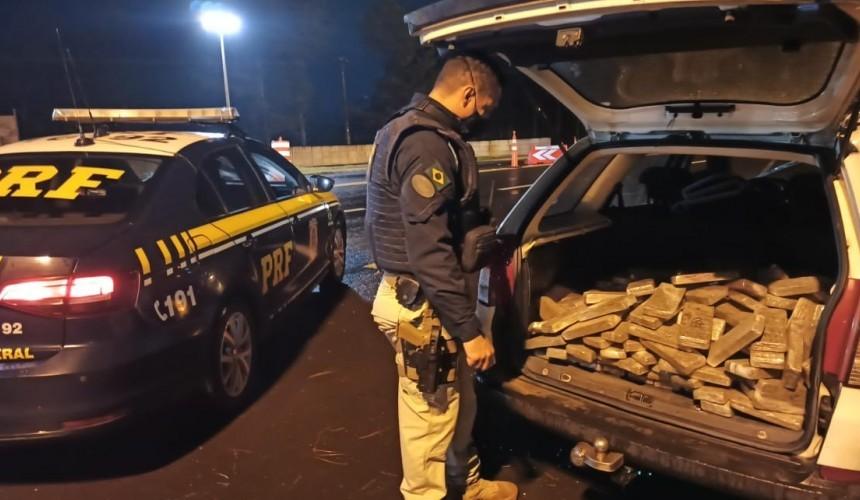 Após fuga e perseguição, PRF prende traficante transportando 145 kg de maconha em Laranjeiras do Sul