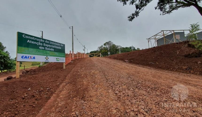 Novo hospital de Capitão: Estrada de acesso ao canteiro de obras recebe cascalhamento