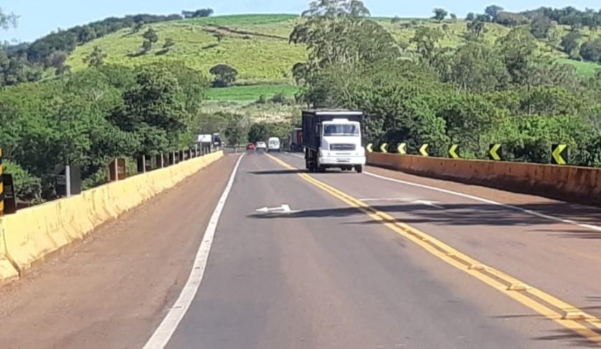 Após roubar caminhão, homem pula de ponte para tentar fugir da PRF