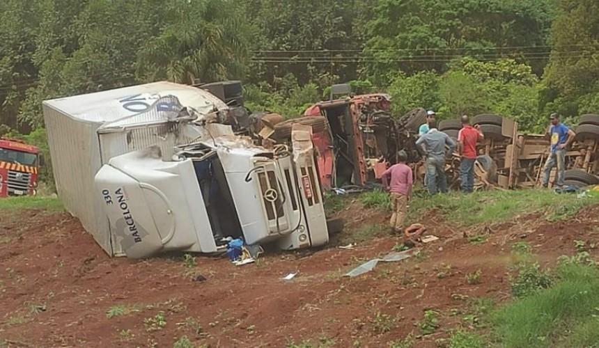 Grave acidente deixa rodovia BR-277 completamente interditada em Santa Tereza do Oeste; Uma pessoa morre