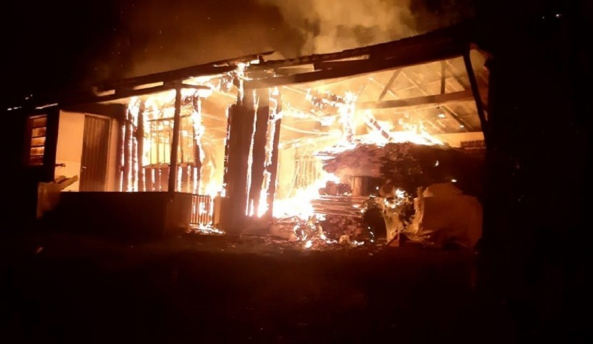 Casa é totalmente destruída pelo fogo em Boa Vista da Aparecida