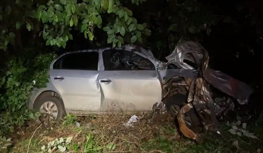 Dois feridos em colisão de veículo contra árvore na PR-182 em Ampére