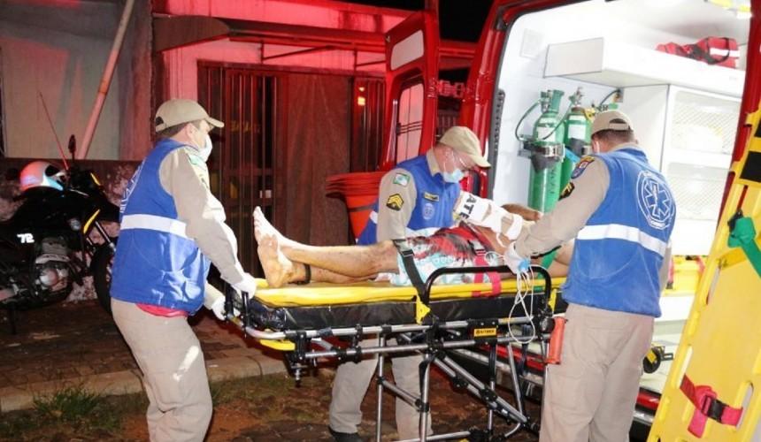 Briga de facão termina com duas vítimas no hospital durante a madrugada em Foz do Iguaçu