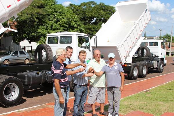 Prefeitura de Nova Prata do Iguaçu adquire dois caminhões caçambas